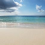 白いさざ波が立つ青い海