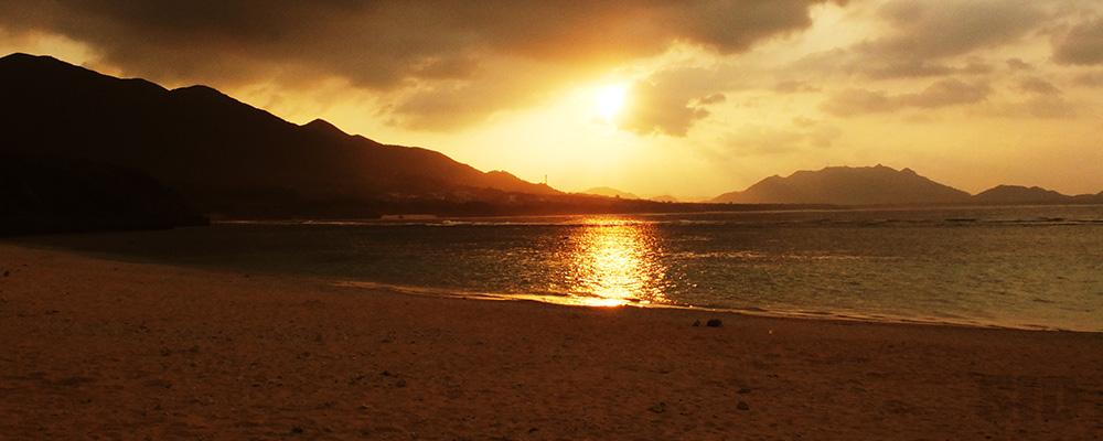 夕焼けが海に反射するサンセットビーチ